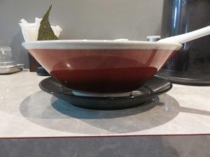 牛骨しょうゆラーメン(中太麺)@最高峰牛骨ラーメン 麺房 徳山:ビジュアル:サイド
