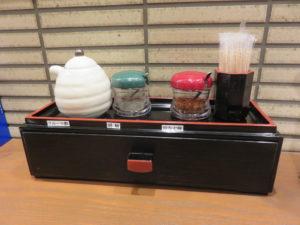 にぼし醤油ラーメン@二代目 にぼ助 池袋店:卓上