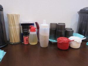醤油ラーメン 並(太麺・ヤクミ増し):卓上