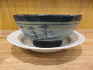 ワンタンメン(こってり)@ワンタンメンの満月 三鷹店:ビジュアル:サイド