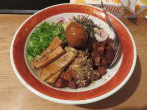 煮干ルーロー花椒油そば(煮卵・ショウガ)@焼き貝あぶさん:ビジュアル
