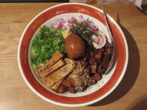 煮干ルーロー花椒油そば(煮卵・ショウガ)@焼き貝あぶさん:ビジュアル:トップ