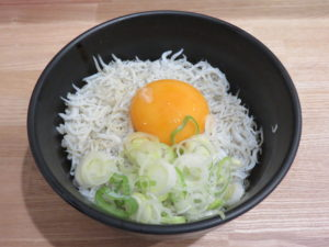 冷やしラーメン@自家製麺 伊藤 神田駅前店:九十九里産しらす丼(卵黄のせ)