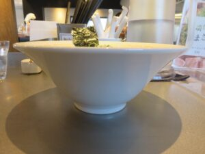 特製ワンタン麺 黒だし@麺や くろえもん(埼玉県坂戸市)ビジュアル:サイド