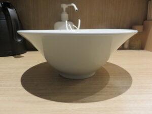 白醤油二種の雲吞麺@支那蕎麦 澤田(新宿御苑前駅)ビジュアル:サイド