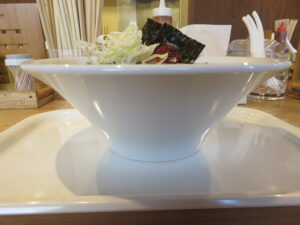 特製スパイス煮干しラーメン@スパイスラーメン やるき(新中野駅)ビジュアル:サイド